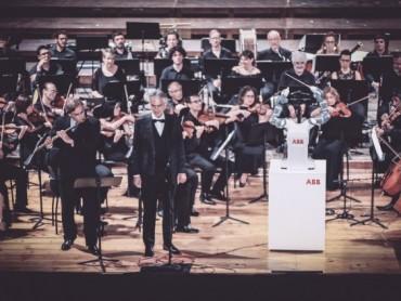 ABB-ov robot YuMi nastupao na centralnoj pozornici u Pizi - dirigujući Andrei Bočeliju i Filharmonijskom orkestru Luka